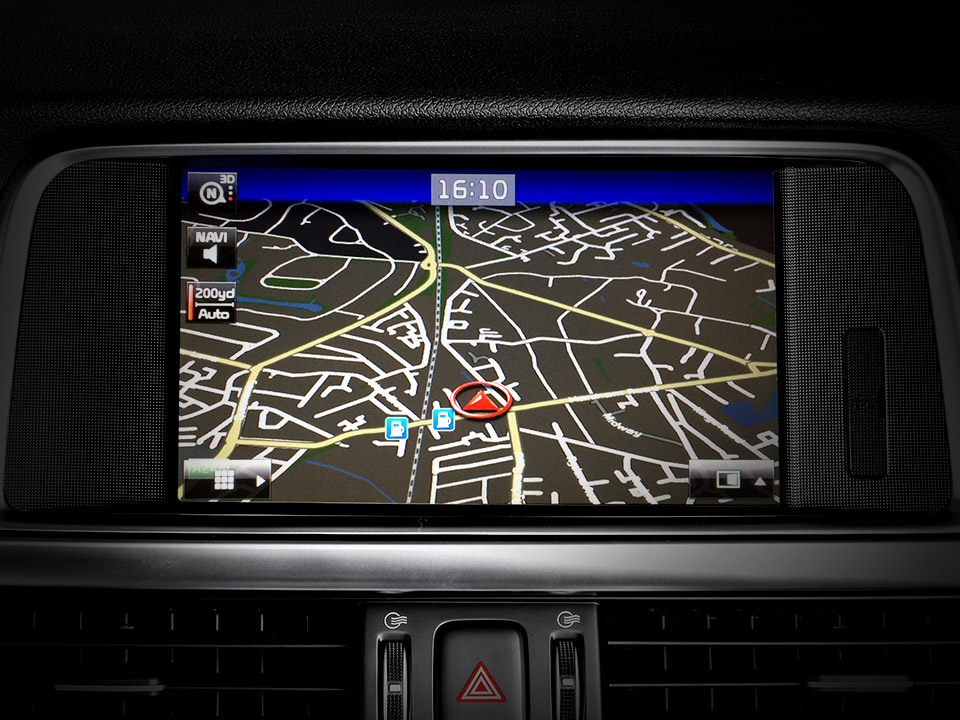 "Navigație 8'' Touch screen + Radio + MP3 + RDS + DAB + WIFI + Bluetooth + Rear camera +  ""Harman/Kardon"" Premium sound system + 7Year Map Update"